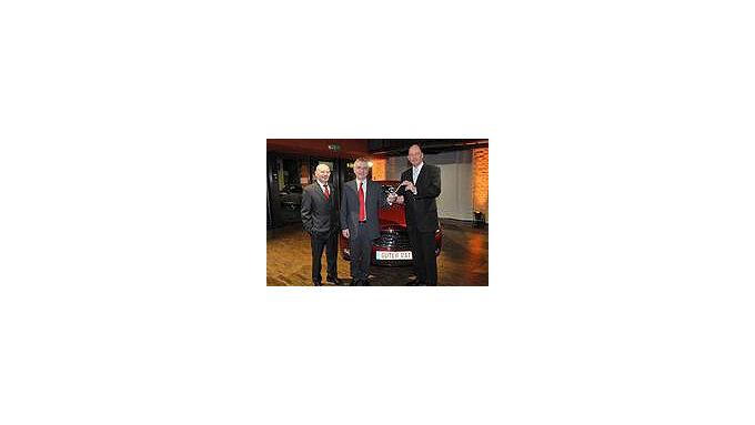 Bundesverkehrsminister Wolfgang Tiefensee (rechts) und Werner Zedler, Chefredakteur des Magazins Guter Rat (links) gratulieren Opel-Chef Hans Demant zum begehrten Leserpreis Auto der Vernunft für den neuen Opel Insignia