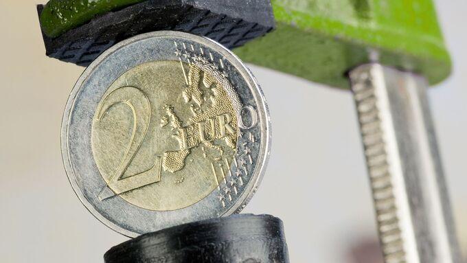 Euro in Schraubzwinge