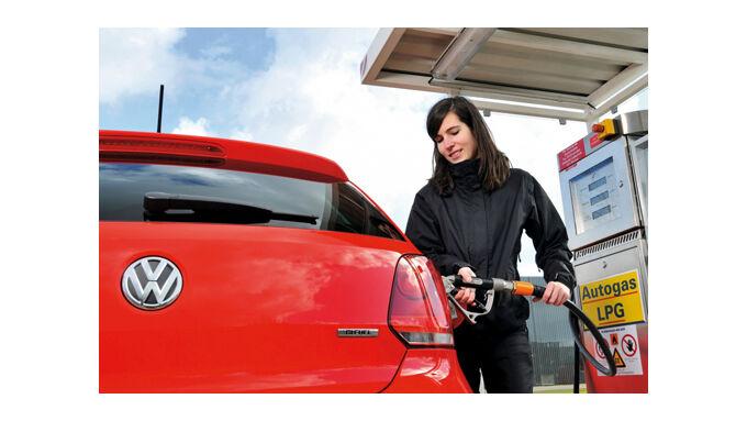 Polo fährt mit Gas und Benzin