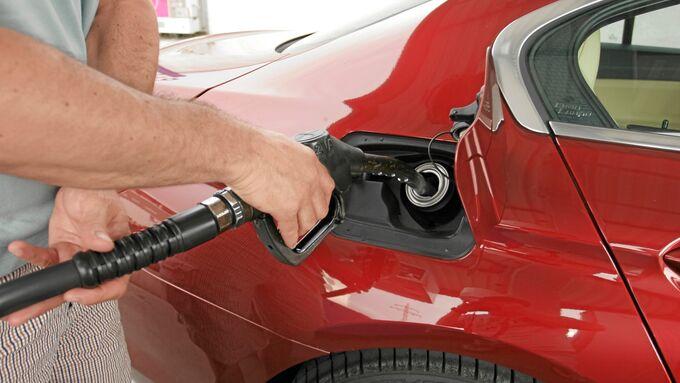 Tanken Tankstelle Zapfsäule Pistole Betankung Benzin Diesel Sprit Verbrauch