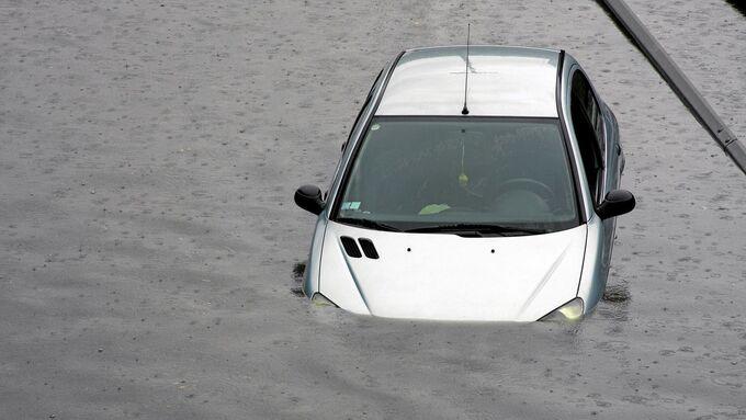 Überschwemmung Auto unter Wasser