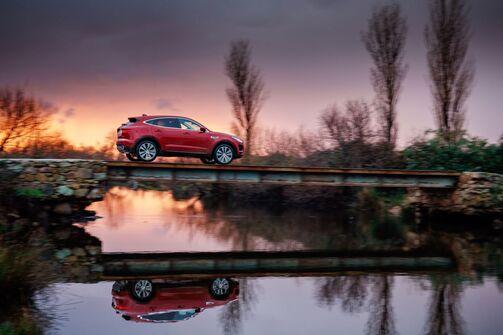 Jaguar E-Pace 2018 See Brücke seitlich Sonnenuntergang