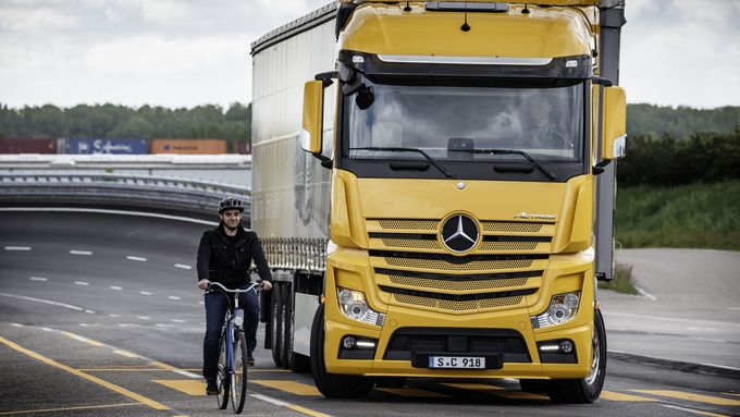 Mercedes-Benz; Abbiege-Assistent; Abbiegen mit Radfahrer in der Schleppkurve